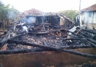 Cães morrem carbonizados durante incêndio que destruiu casa em Bastos