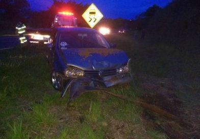 Motorista perde o controle e bate carro em barranco de rodovia em Tupã
